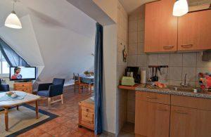 Wohnzimmer mit Küche des Appartements vom Haus Seeblick im Ostseebad Binz auf Rügen