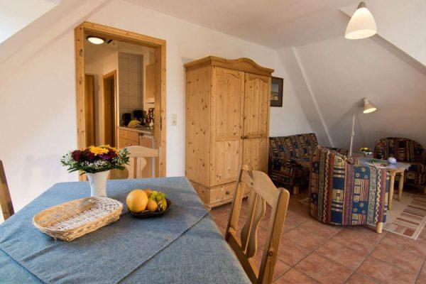 Wohnzimmer mit Küche des Ferienappartements vom Haus Seeblick im Ostseebad Binz auf Rügen