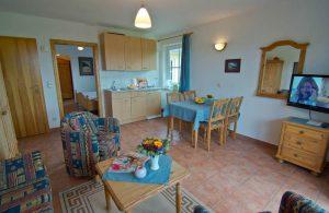 Wohnzimmer mit Küche der Ferienwohnung vom Haus Seeblick im Ostseebad Binz auf Rügen