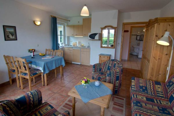Wohnzimmer mit Küche in der Fewo vom Haus Seeblick im Ostseebad Binz auf Rügen