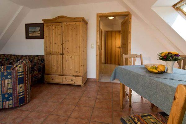 Wohnzimmer mit Küche der Wohnung vom Haus Seeblick im Ostseebad Binz auf Rügen